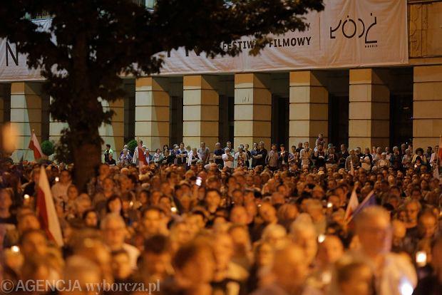 Zdjęcie numer 82 w galerii - Tłumy przed Sądem Okręgowym w Łodzi. Kolejny dzień protestów przeciwko zmianom PiS w sądownictwie [ZDJĘCIA]