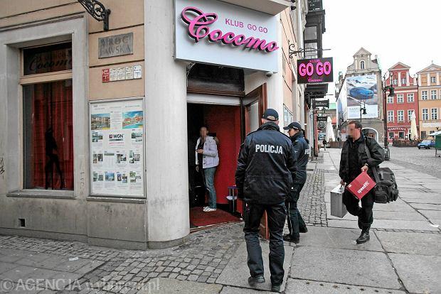 Policjanci wchodzą do klubu Cocomo na poznańskim Starym Rynku