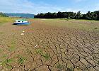 Wysychające w wyniku suszy Jezioro Żywieckie w 2015 r.