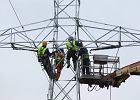 Energetycy pracujący na słupie linii energetycznej