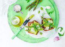 Grzanki z grillowanymi szparagami i past� z bobu - ugotuj