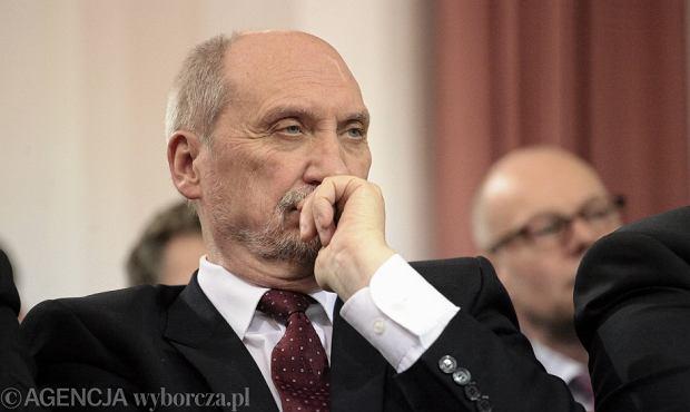 Biskup odmówił Macierewiczowi mszy smoleńskich. W ordynariacie już szepczą o konsekwencjach