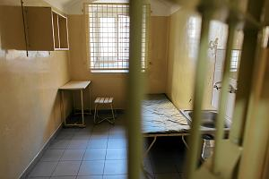 Bydgoszcz. Osadzeni w areszcie mogli kupić przepustkę czy... zamówić wizytę w fast-foodzie