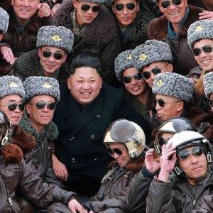 Kim Dzong Un kontroluje si�y powietrzne. Stylizacj� pilot�w sk�d� znamy...