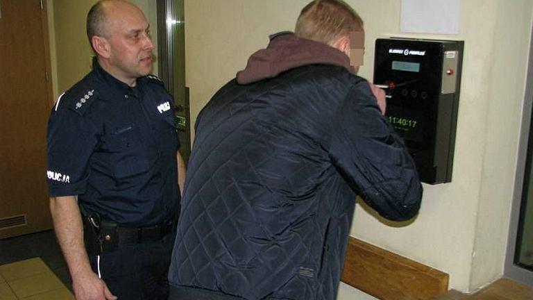Badanie trzeźwości na komendzie policji - zdjęcie ilustracyjne
