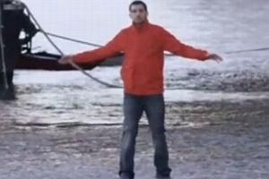 Znany iluzjonista nie chodzi po wodzie?! Policyjna motorówka UJAWNIŁA sekret jego sztuczki!