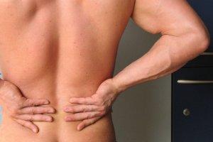 Masz pracę siedzącą? Te ćwiczenia pomogą ci uniknąć bólu pleców [ZDJĘCIA]
