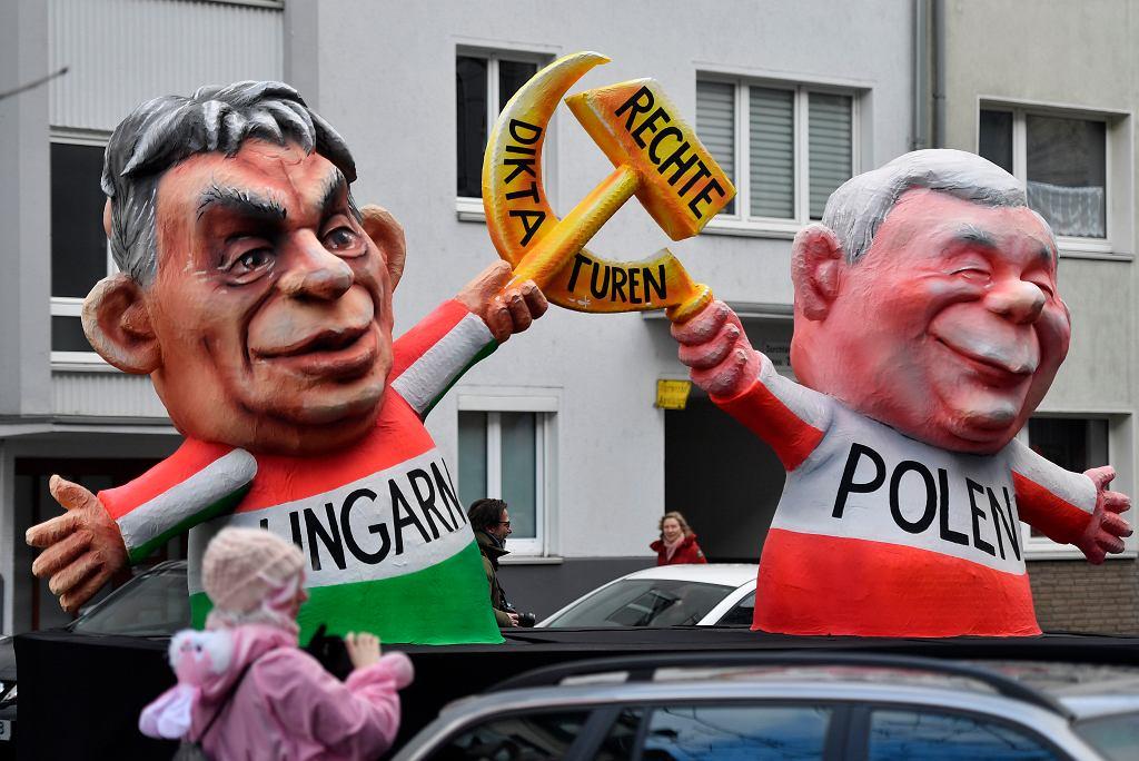 Viktor Orban i Jarosław Kaczyński, 'prawicowi dyktatorzy'. Zdjęcie z parady w Duesseldorfie 12 lutego 2018 r.