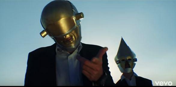 Znacie już polski Daft Punk? Nie? Koniecznie musicie zobaczyć rodzimą wersję legendy elektroniki. Panowie trzymają styl, upodabniając swoje kostiumy do strojów członków Daft Punk. Warstwa tekstowa i teledysk utworu który zamieszczamy poniżej, są już zupełnie inne...