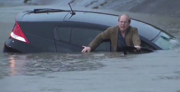 Reporter uratował kierowcę z tonącego samochodu. Nawet nie wypuścił przy tym mikrofonu z ręki