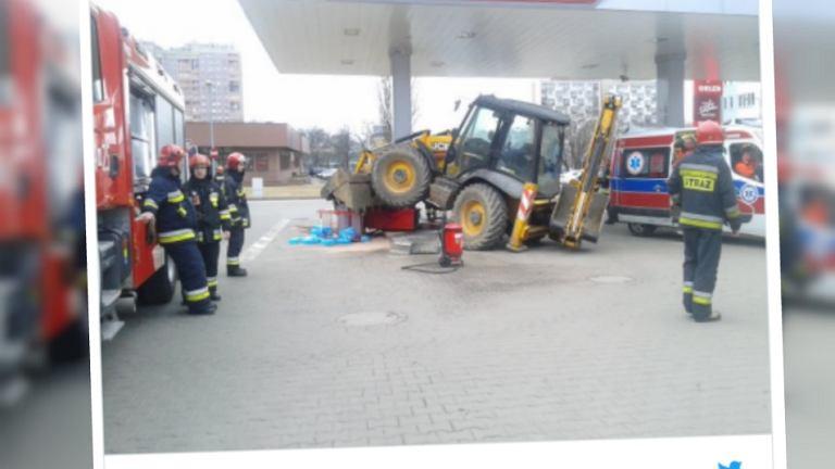 Wypadek na Woli. Koparka wjechała w dystrybutor paliw