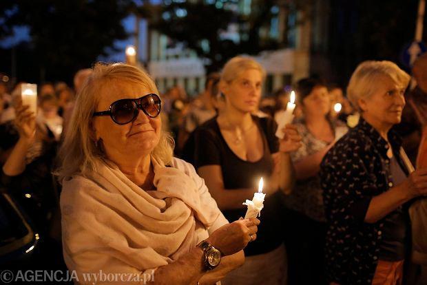 Zdjęcie numer 81 w galerii - Tłumy przed Sądem Okręgowym w Łodzi. Kolejny dzień protestów przeciwko zmianom PiS w sądownictwie [ZDJĘCIA]