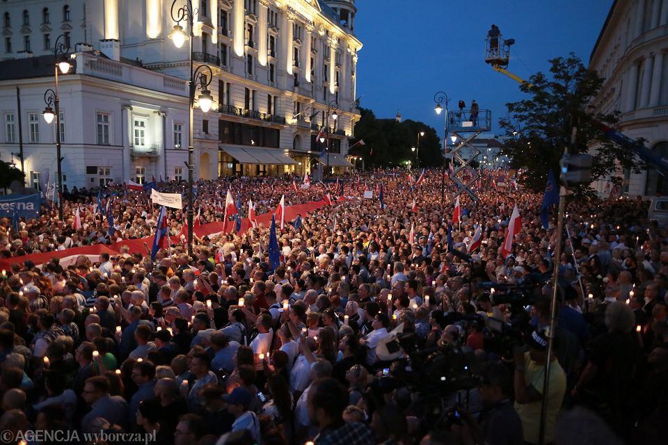 'Chcemy weta' - krzyczano pod Pałacem Prezydenckim. Manifestacja przeciwników pisowskich ustaw ograniczających niezależność sądownictwa