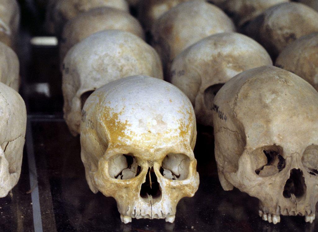 Czaszki ofiar Czerwonych Khmerów na wystawie w przeszklonej stupie na terenie Choeung Ek - położonego 17 km na południe od Phnom Penh najbardziej znanego z pól śmierci, gdzie w latach 1975-79 członkowie reżimu Pol Pota zamordowali około 17 tys. ludzi. Większość zabitych była wcześniej więziona w Tuol Sleng, gdzie mieści się dziś Muzeum Ludobójstwa.