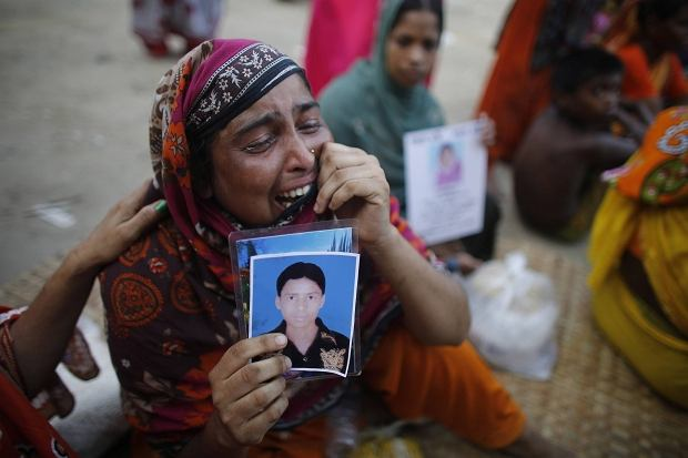 140 os�b nadal uwa�a si� za zaginione. Mieszka�cy Bangladeszu ca�y czas poszukuj� bliskich