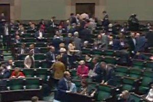 PiS przeg�osowa� nowelizacj� ustawy o Trybunale Konstytucyjnym. Pos�owie PO, Nowoczesnej i PSL opu�cili sal�