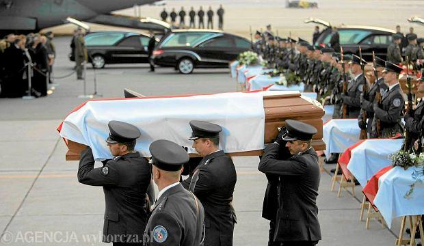 Przylot ostatnich trumien z cia�ami ofiar katastrofy pod Smole�skiem na wojskowe lotnisko Ok�cie