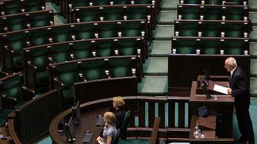 Stefan Niesiołowski zgłasza wniosek o odwołanie Antoniego Macierewicza z funkcji ministra obrony, w tle puste ławy posłów PiS, którzy wyszli z sali tuż przed jego wystąpieniem