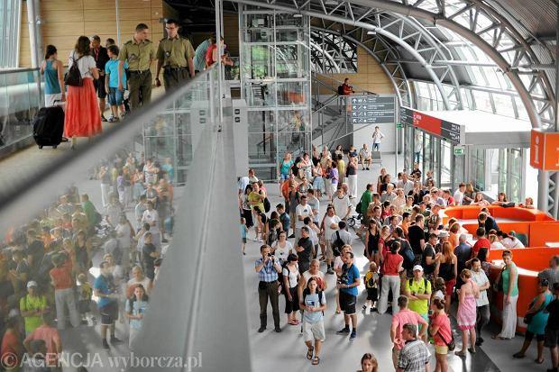 Terminal lotniska w Modlinie w lipcu 2012 roku
