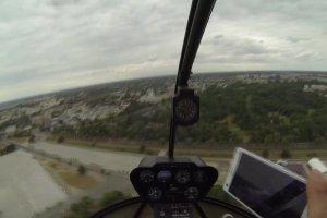Lecieli�my helikopterem nad Warszaw�. A pod nami pla�a, Wis�a, mosty, stadion...