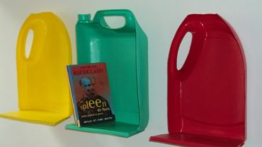 Półki z plastikowych pojemników, via mamawax.com