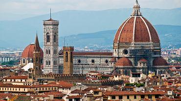 Toskania. Florencja. Katedra Santa Maria del Fiore. Budowa obecnej katedry zakończyła się w 1436 r., kiedy Filippo Brunelleschi przykrył całą konstrukcję kopułą, największą od czasów starożytnych. Bogato zdobiona, biało-zielona fasada z marmuru tworzy kontrast z surowym wnętrzem.