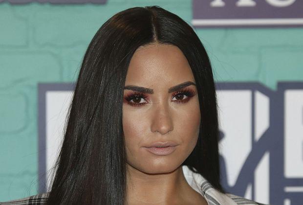 Demi Lovato została znaleziona nieprzytomna w swoim domu we wtorek.  Podejrzewa się, że przedawkowała narkotyki. Najnowsze doniesienia mówią, że dzięki szybkiej pomocy medycznej jej stan jest już stabilny.