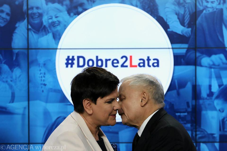 Premier Beata Szydło i jej partyjny zwierzchnik prezes Jarosław Kaczyński podczas konferencji 'Dwa lata rządów PiS'. Kwatera główna partii przy ul. Nowogrodzkiej w Warszawie, 14 listopada 2017 r.