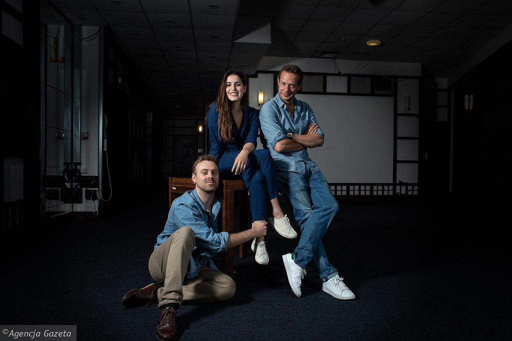 Grzegorz Małecki, reżyser spektaklu 'Tchnienie', z aktorami Justyną Kowalską i Mateuszem Rusinem.  / DAWID ZUCHOWICZ