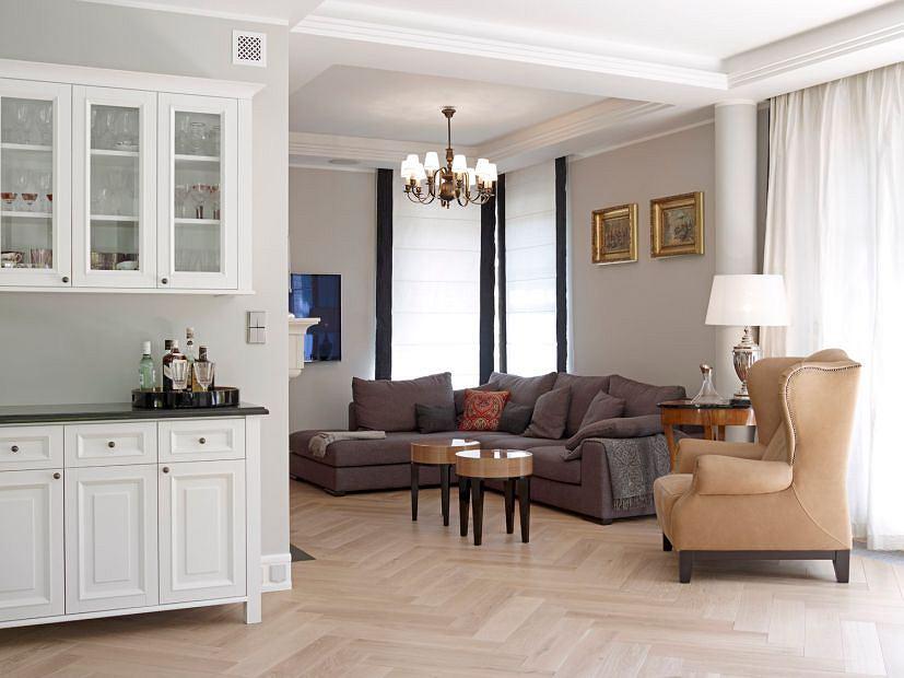Przestronny i rozświetlony salon. Całość utrzymana w stonowanej i lekkiej kolorystyce.