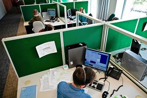 Dzień z życia pracownika call center. Siedzisz, gadasz i patrzysz w bazę
