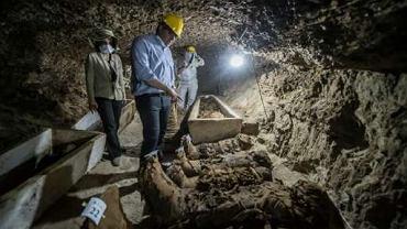 Egipski minister ds. starożytności Khaled el-Enany spotyka się z mediami w miejscu wykopalisk