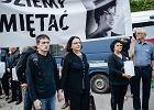 Syn Antoni i wdowa Małgorzata Rybicka  podczas ekshumacji zwłok Arkadiusza Rybickiego, który zginął w 2010 roku w katastrofie pod Smoleńskiem. Prokuratura przeprowadza ekshumację wbrew woli rodziny