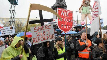 Uczestnicy protestu przeciwko zmianom w edukacji wczoraj w Warszawie