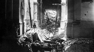 Poruszający Grób Pański w ruinach kościoła św. Krzyża w 1945 r.