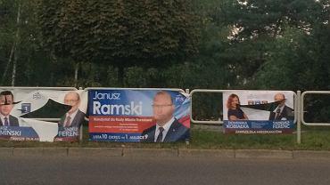 Pocięte plakaty kandydatów z komitetu wyborczego Tadeusza Ferenca