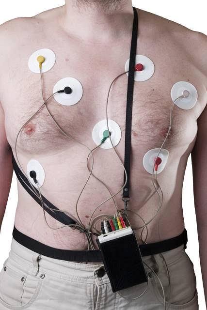 Badanie metod� Holtera mo�e by� przeprowadzone w gabinecie lekarskim, przychodni lub przy ��ku chorego w szpitalu lub domu. Elektrody s� umiejscowione na klatce piersiowej a kable od nich s� pod��czone do ma�ego, przeno�nego urz�dzenia na baterie, kt�ry rejestruje zapis