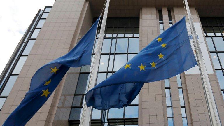 Flagi Unii Europejskiej opuszczone do połowy po zamachach w Brukseli
