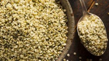 Niełuskane nasiona konopi będą co prawda bogatsze w błonnik, jednak ich łupina może być dla niektórych osób zbyt twarda. Aby ułatwić sobie ich spożywanie, można zatem wybrać nasiona łuskane, czyli pozbawione łupinki
