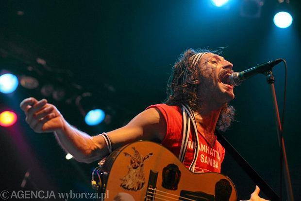 Gitarzysta Gogol Bordello - Oren Kaplan, w imieniu swoim i zespołu złożył pozew przeciwko frontmanowi grupy Eugene'owi Hützowi.