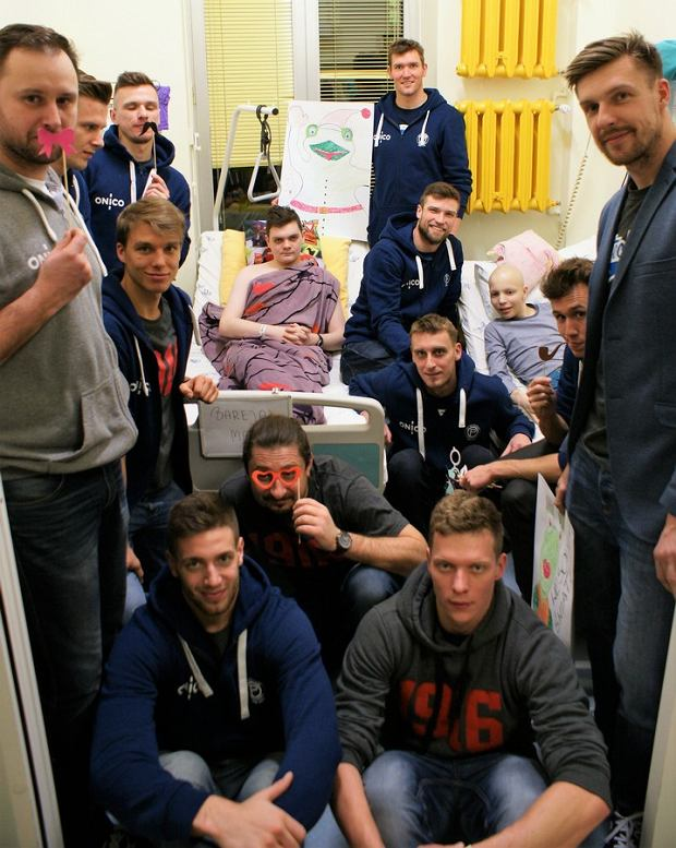 Trener Jakub Bednaruk z drużyną ONICO AZS Politechniki Warszawskiej odwiedził ostatnio małych pacjentów w Instytucie Matki i Dziecka w Warszawie