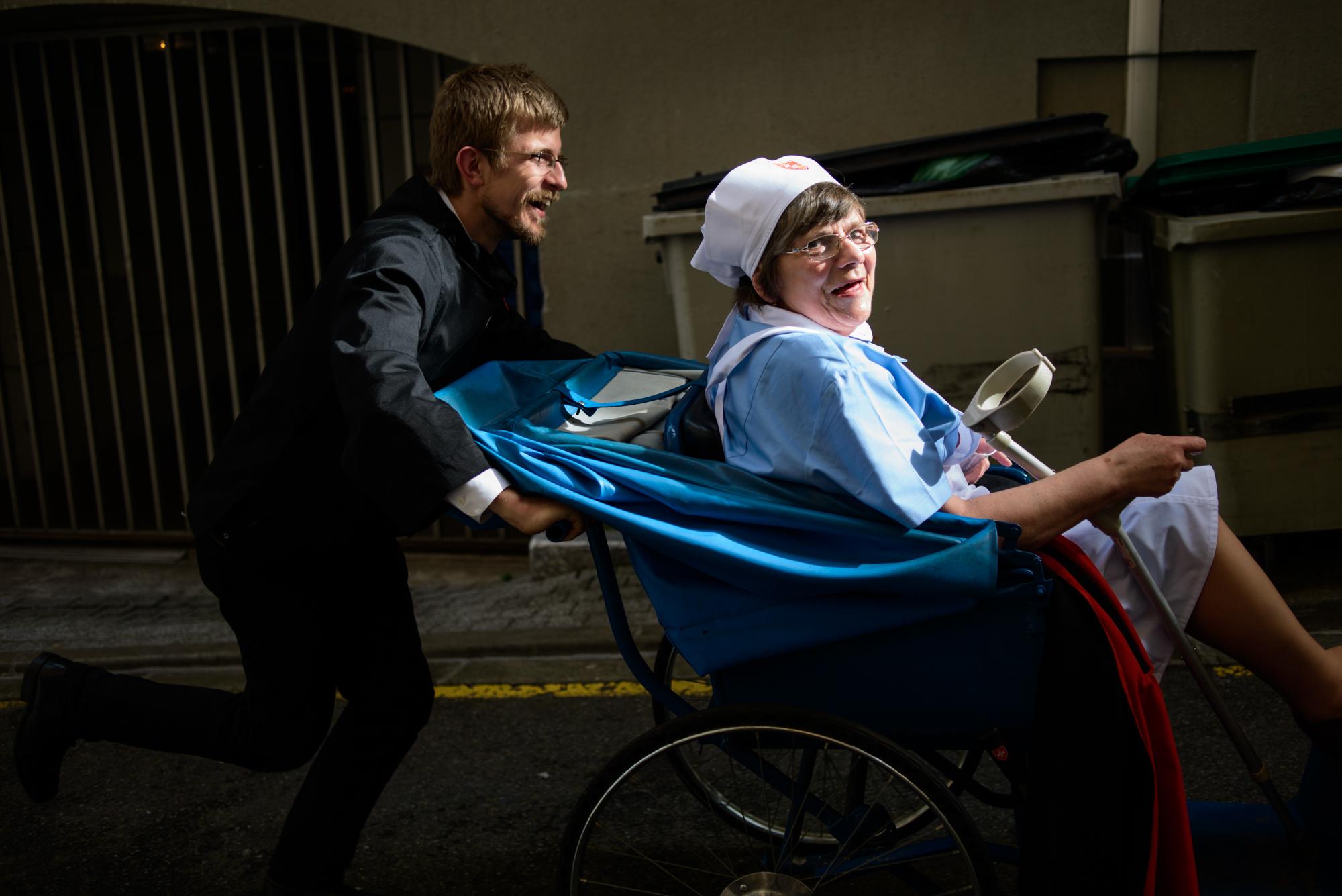 Po Lourdes niepełnosprawni wożeni są w specjalnych wózkach (fot. Piotr Idem)