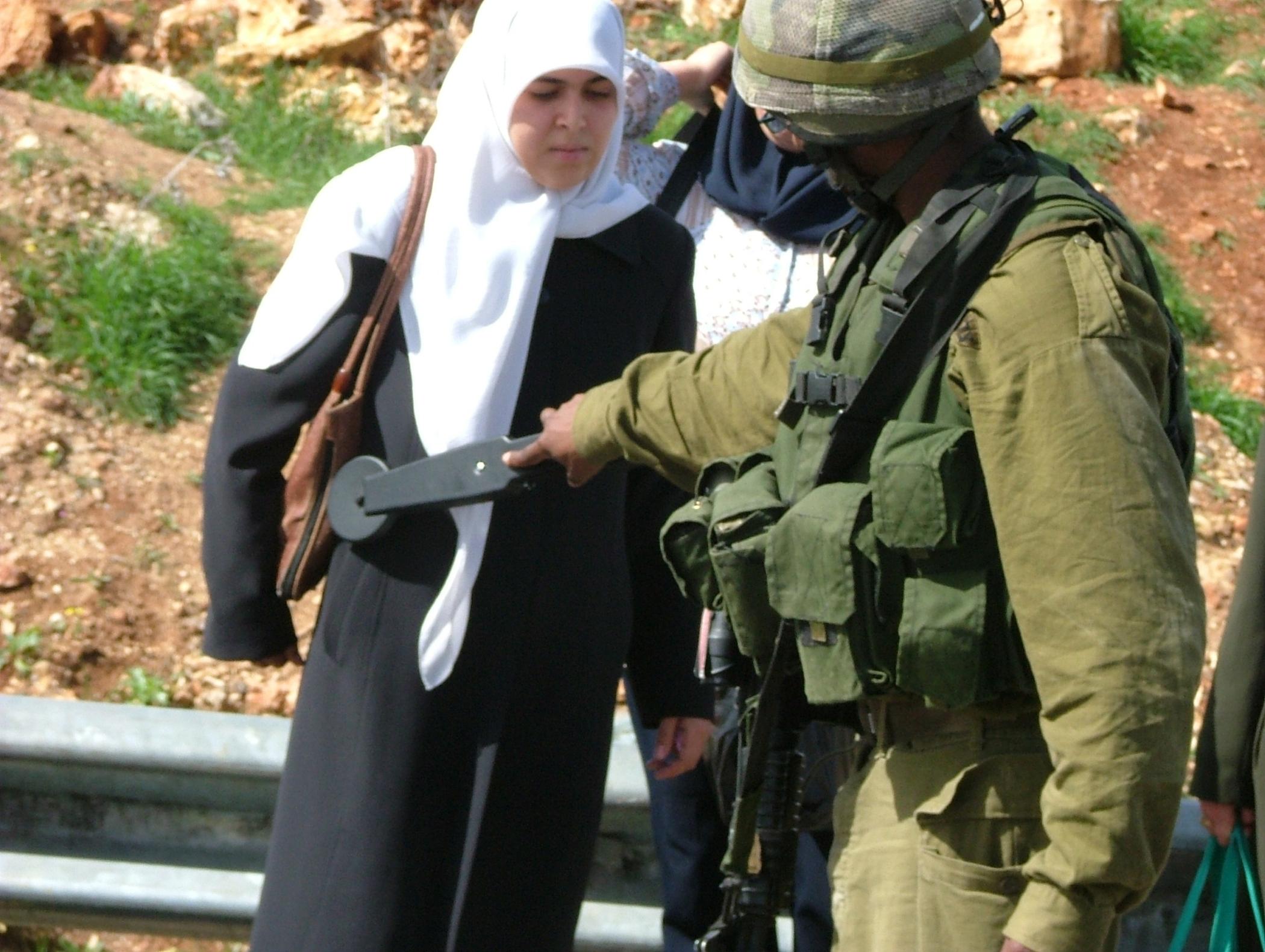 Kontrola ludności cywilnej (fot. Jehuda Szaul)