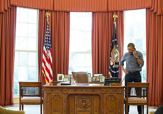 Barack Obama podczas rozmowy telefonicznej z Władimirem Putinem