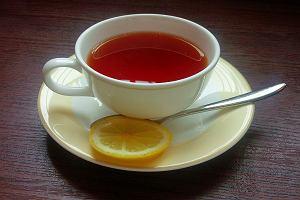 Lekarz: herbata z cytryną może szkodzić zdrowiu. Wszystko zależy od sposobu parzenia [WYJAŚNIAMY]