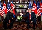 Donald Trump i Kim Dzong Un podczas spotkania w Singapurze.