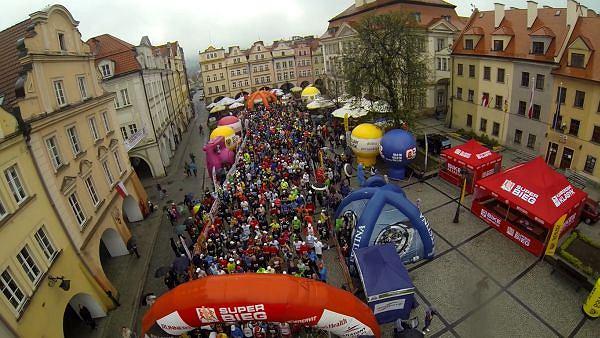 Tuż przed startem I Półmaratonu Jeleniogórskiego i Jeleniogórskiej Dziesiątki. Plac Ratuszowy, 3 maja 2013 r.