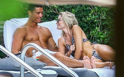 Cristiano Ronaldo wypoczywa po Euro 2016 i nie traci czasu! Wczoraj przyłapano go z nową dziewczyną Cassandre Davis - gwiazdą fitnessu, nad basenem w Miami.