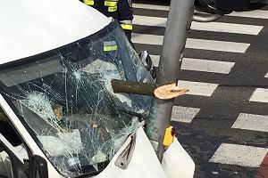 Kierowca nie wyhamował. Drewno, które przewoził, przebiło przednią szybę