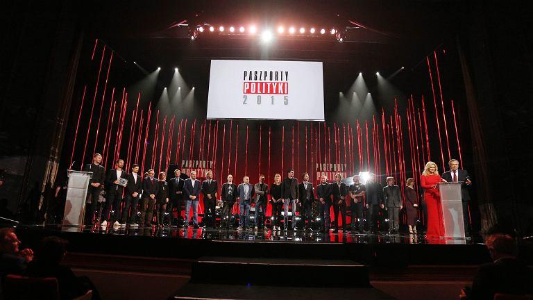 Zwycięzcy i nominowani na scenie podczas gali Paszporty Polityki 2015 .